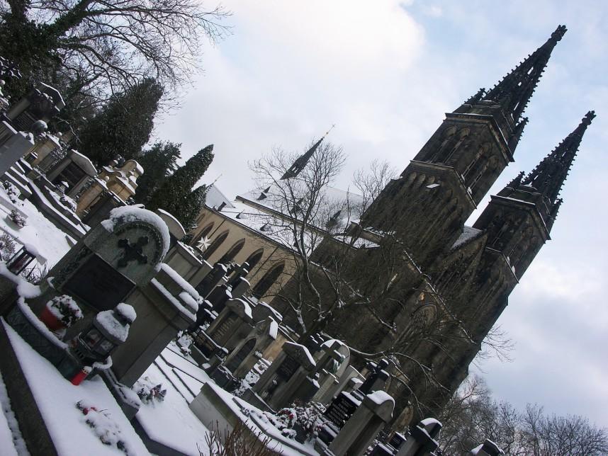 Кладбище возле храма