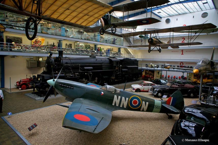 Самолет в Национальном техническом музее в Праге