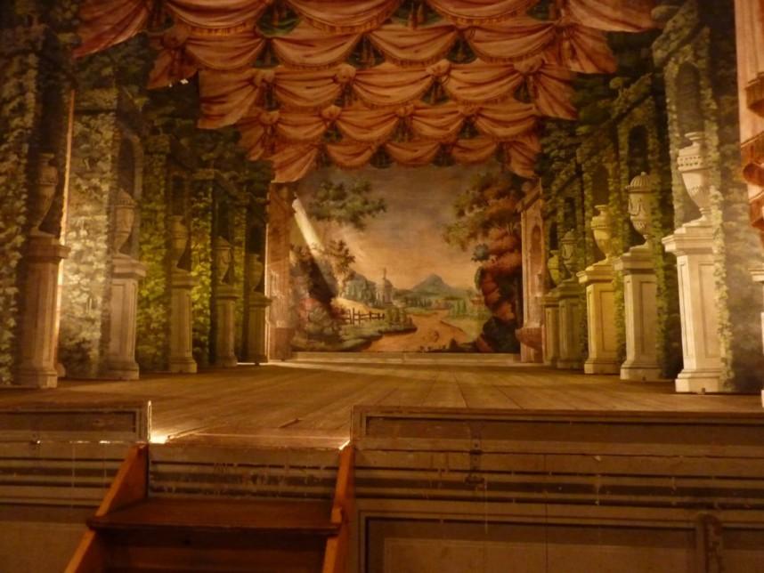 Сцена театра в замке