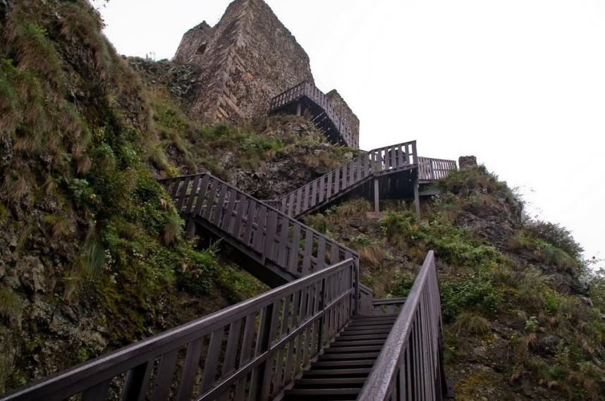 Лестница к руинам крепости