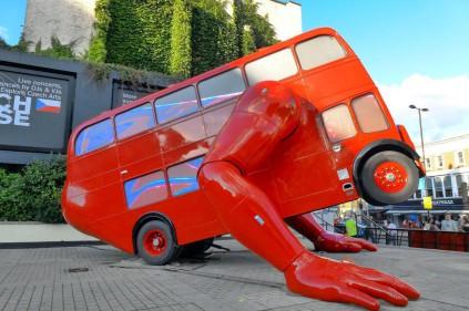 Новое творение Давида Черны: отжимающийся автобус