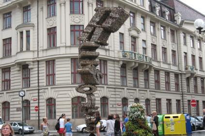 Необычная скульптура из ключей переехала в Брно
