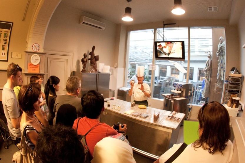 Демонстрация процесса приготовления шоколада