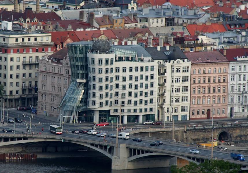 Вид на Пражский танцующий дом