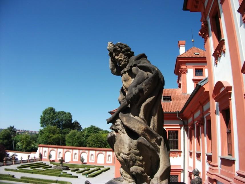 Статуя у входа в Тройский замок