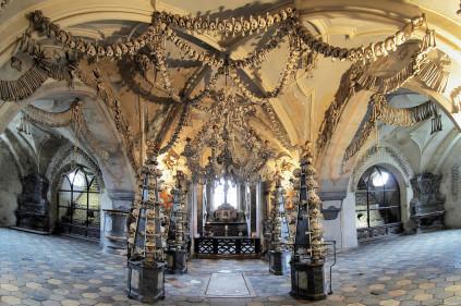 В кутногорской костнице разберут пирамиды из черепов и костей