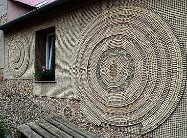Интересный дом из винных пробок в Mutenice