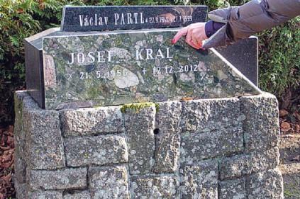 Жуткая дата смерти на надгробии в Чехии: 12.12.2012