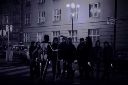 Экскурсии в Праге в сопровождении гида-скелета
